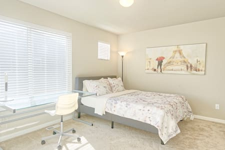🏡Spacious & Comfy Room For Working Professionals