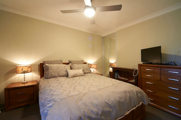Private room with balcony close to airport and CBD