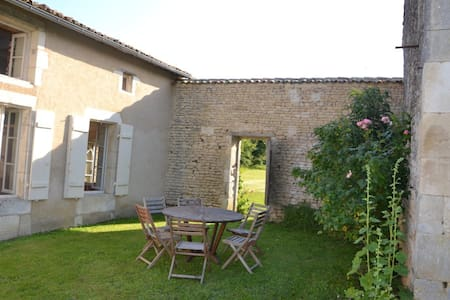Maison charentaise - Saint-Cybardeaux - Huis