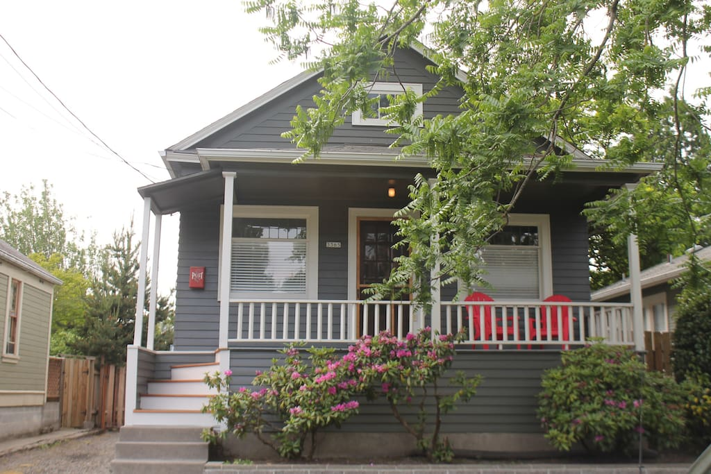 Charming Brooklyn Cottage, big front porch