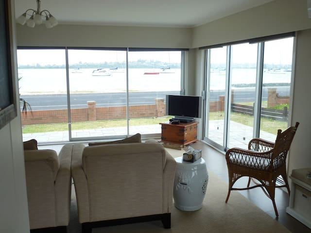 Waterfront Apartment 2 Bedrooms Bucklands Beach