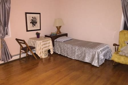 Clean - Upscale Queen bed room. 12 miles to NYC - Closter