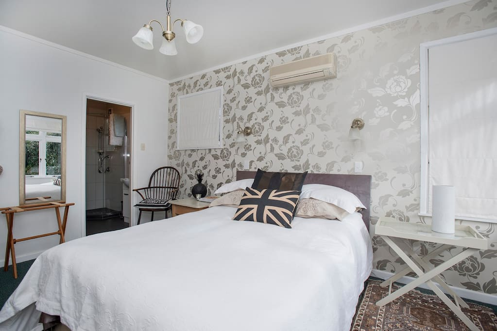 Queen size bed with ensuite and walk in wardrobe