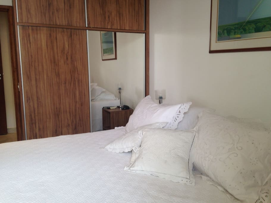 Cama Queen, armário, TV e ar condicionado