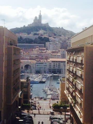Vue Vieux Port, terrasse, à l'entré du Panier