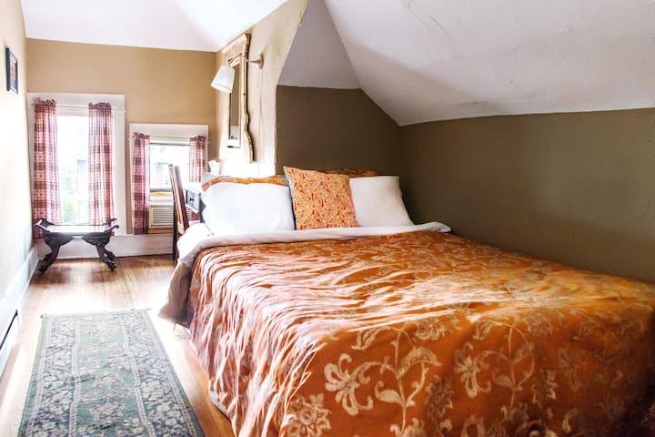 Tranquil House Attic w/ Warm Decor - Columbus - Bed & Breakfast