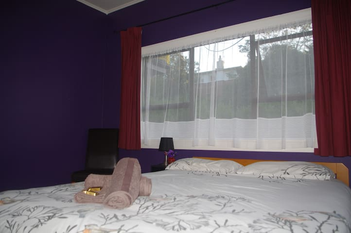 Purple Room in family home (2 adults, 2 kids max)
