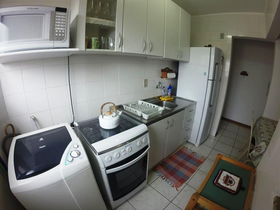 Cozinha e área de serviço (com churrasqueira) completas e com utensílios.