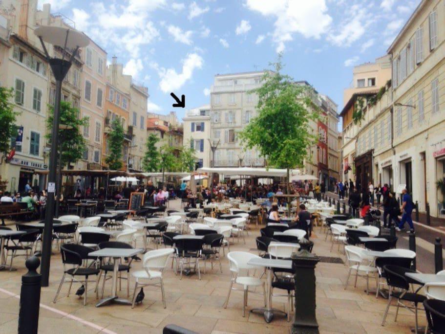En plein sur la vieille place de Lenche et ses jolies terrasses de  restaurants