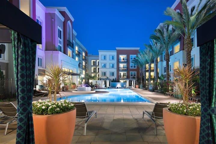 Huntington Beach Luxury 1 bedroom apartment