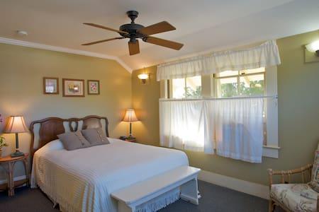 Inn Waimea- Hibiscus Suite