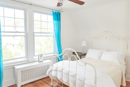 Sunny 2 br 1 block from Cortelyou - Бруклин