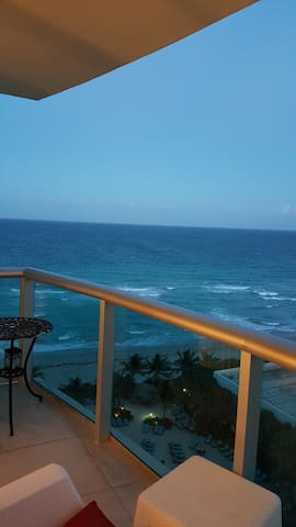 Ocean View  Right on the Beach - Hollywood - Apartment