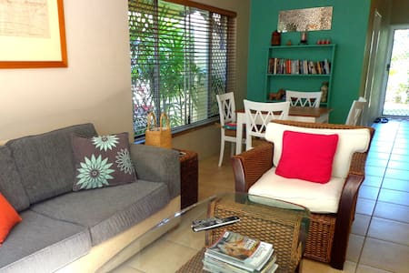 This popular 2 bedroom ground floor apartment is just one block from the fabulous restaurants and shops of Macrossan Street, Four Mile Beach and the Marina. A fully self contained hideaway right on the doorstep to the Great Barrier reef, just for you
