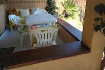 la veranda esterna ha uno spazio comodo per un tavolo da quattro persone ed un divano tre posti. la vista che si ha da questa veranda è quella della foto di copertina