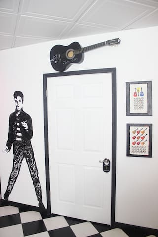 Elvis welcomes You!