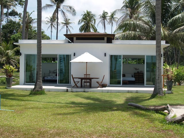 Gorgeous 2 Bedroom Beachfront Bungalow - Ko Samui - Casa de campo