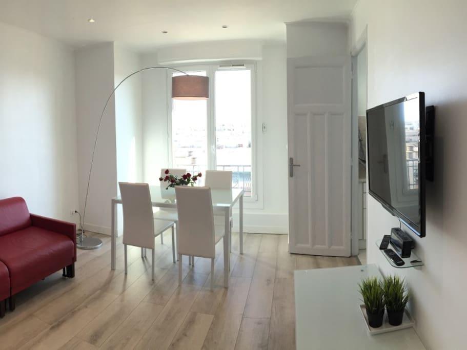 Sunny living-room with sofa-bed. Très joli salon ensoleillé, canapé convertible