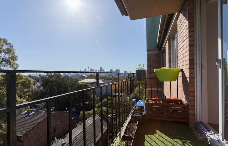 Inner City Retreat - Skyline Views - Newtown - Apartemen