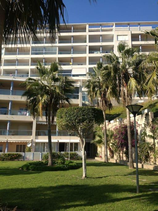Jardín y piscina, balcones vista al mar.