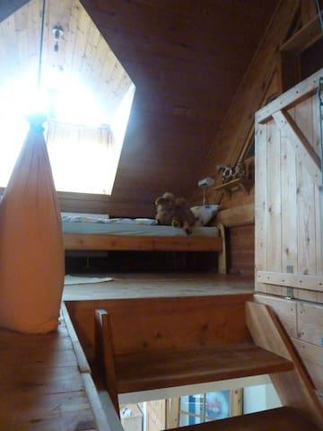 Blick durch die Klappe nach oben zum Einzelbettzimmer