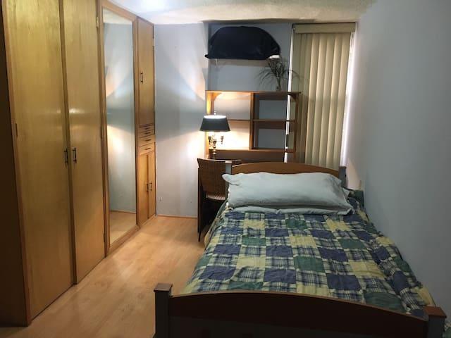 Habitación confortable con excelente ubicación.