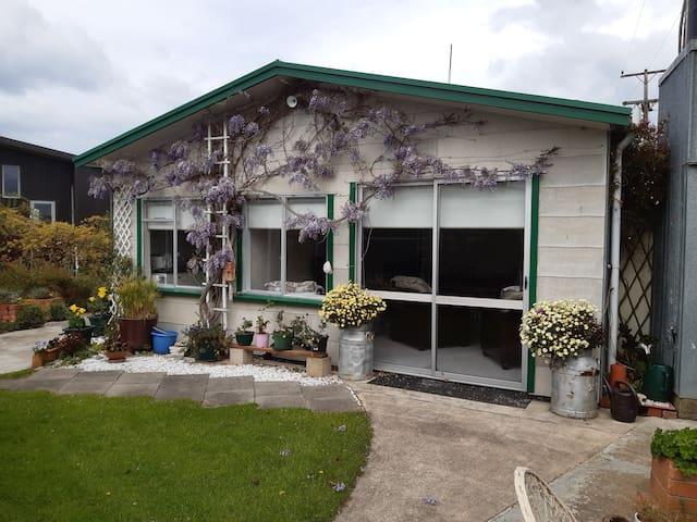 Karitane, Wisteria Cottage