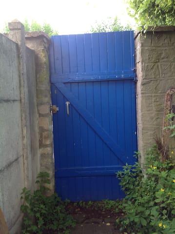 la porte extérieure du jardin