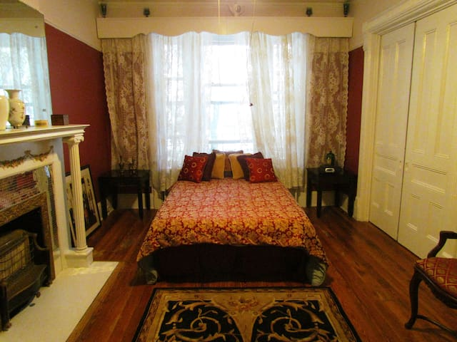 Bed-stuy Royal Room