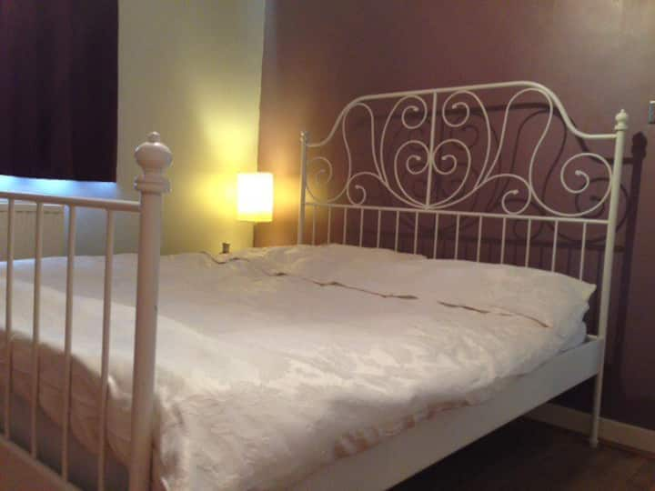 Close to BBC and Quays. Sleeps 2. Secure parking