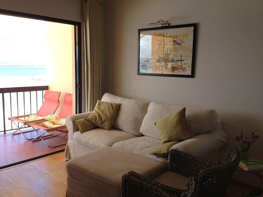 Área de sala e vista da varanda.