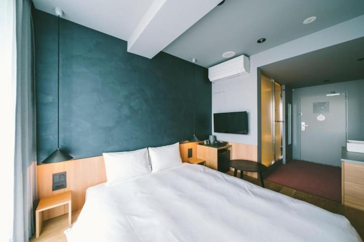 3 minute walk from JR Uguisudani Station! Excellent access to Ueno / Yanesen area. Queen room 20㎡ (2 pax)
