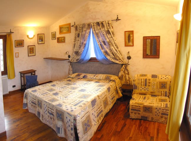 double room with ensuite bathroom at b&b Castelli Romani