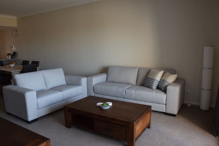 Luxurious home away from home - close to Perth - Cockburn Central - Apartment
