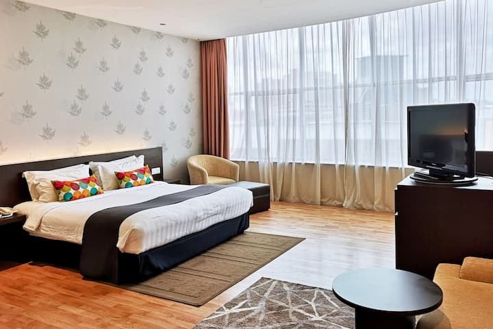 City-Center Hotel Suite with Rooftop Bar for 3 pax