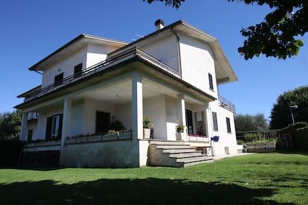 VILLA PANORAMICA -  CON GIARDINO - Vitorchiano - ที่พักพร้อมอาหารเช้า