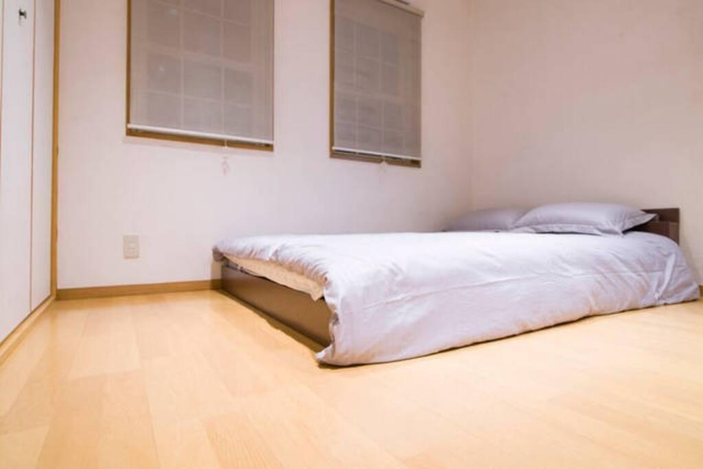 Separate  bedroom/單獨的大床臥室