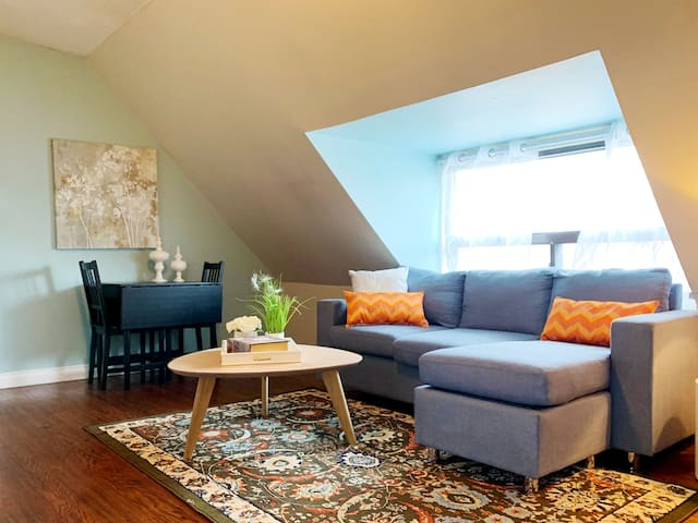 Chic 1 Bedroom in the Heart of Leslieville