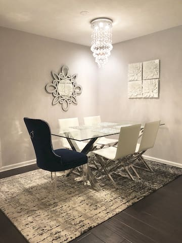 Private Suite -Work friendly- Heart of Buckhead