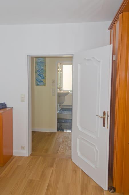Blick vom Schlafzimmer über Vorraum in das Bad