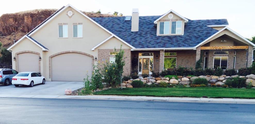 Large Basement Apartment For Your Zion Homebase - La Verkin - Huis