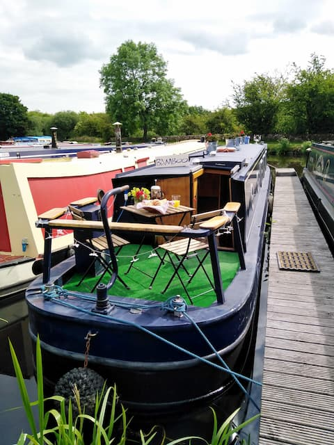 Beautiful narrowboat on the Leeds/Liverpool canal