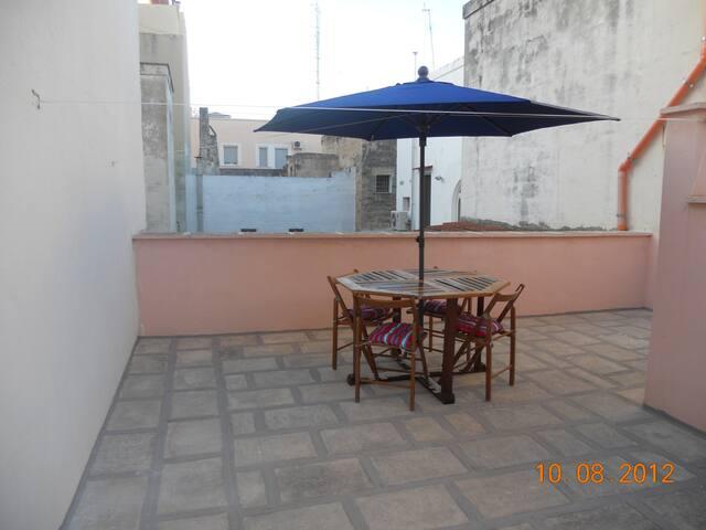 terrazzo di proprieta'  con accesso diretto dalla casa con tavolo sedie e ombrellone