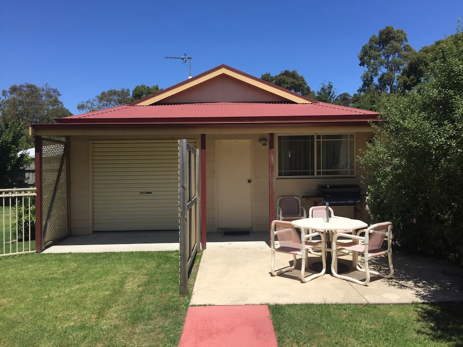Peaceful self contained cabin close to town centre for Self contained cabin
