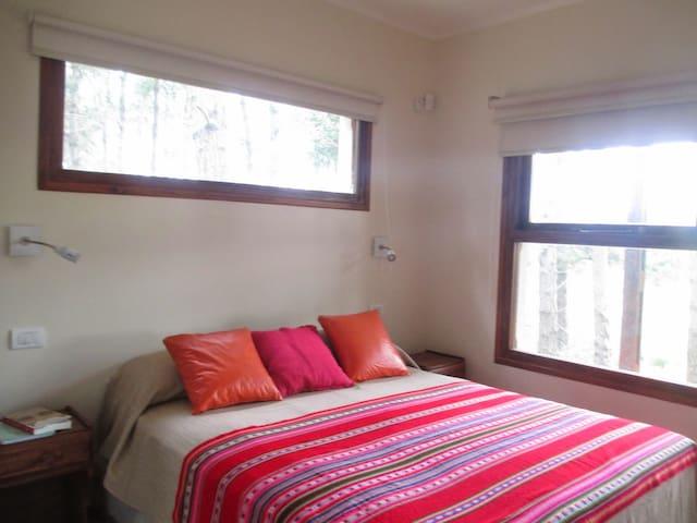 Dormitorio planta baja cama queen