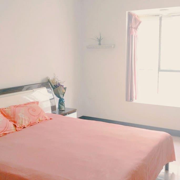 一个带飘窗的主房间,宽敞明亮