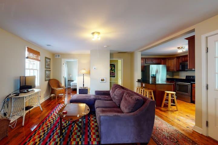 Comfy Charleston retreat w/full kitchen, private washer & dryer + free WiFi!