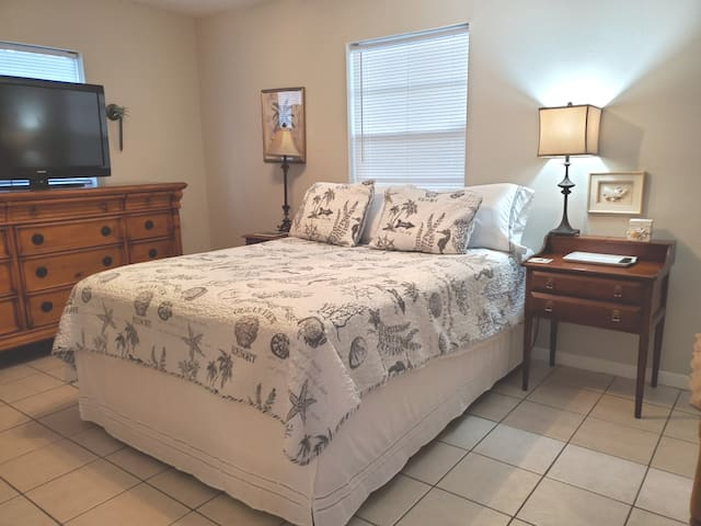 Master Bed & bath West Tampa by Airport & Moffitt