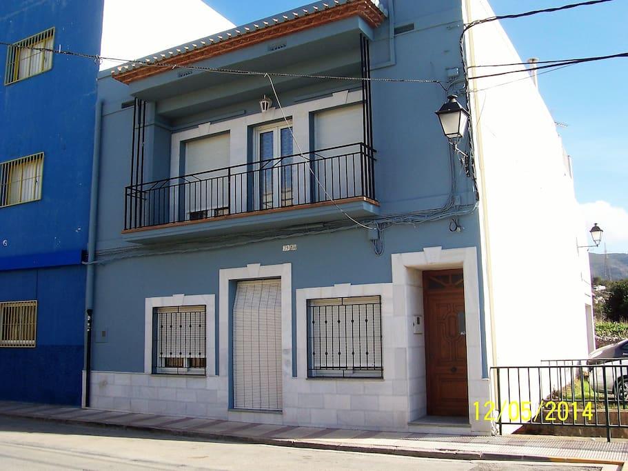 Vue de la façade. La porte d'entrée du milieu.