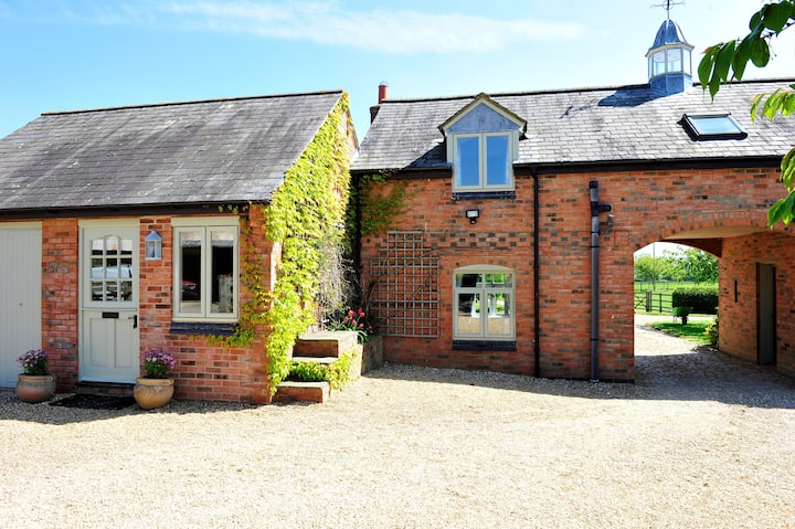 Self-contained coach house in peaceful location